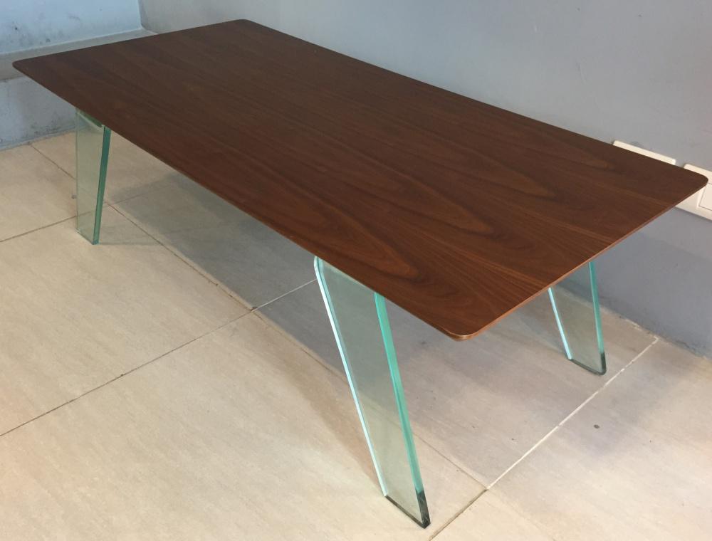 mesa de living de madera con vidrio